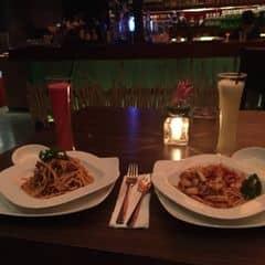 Đồ ăn và đồ uống đều ngon, có điều đắt vì địa điểm, tuy nhiên vẫn khá là hài lòng bởi có điểm cộng không gian vắng vẻ, lãng mạn, nhạc sầm sình 😝😝😝