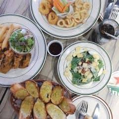 Mực ống chiên, Ceaser Salad, cánh gà chiên mắm, bánh mỳ bơ tỏi của Trà My tại Cowboy Jack's American Dining - Hoàng Đạo Thúy - 256941