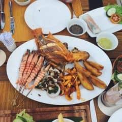Đây là Club bắt buộc phải ghé khi đến Nha Trang, rất tuyệt. Club này nằm trên 1 trong những bờ biển đẹp nhất nhì Việt Nam, với bãi cát trắng trải dài tuyệt vời.Đến đây mình hay ngồi bàn ngoài trời, tại đây có thể ngắm cảnh biển, nghe sóng vỗ rì rào, hít hà hương mặn mòi của biển cảm thấy thư giản cực kì. Đồ ăn ở đây khá ngon nhưng tương đối mắc, phục vụ chuyên nghiệp và nhanh nhẹn. Đĩa Seafood của mình 360k, có cá , mực, sò, tôm và khoai tây cùng nước chấm muối ớt xanh đặc trưng của Nha Trang. Món này để lai rai với bia khá ok. Tầm 8h tối là Club lên đèn, mở nhạc, vé vào cổng tầm 150k/người ( gồm 1 đồ uống ), nhưng nhạc sung nhất tầm 10h trở đi, tha hồ quẩy hết cỡ. Club đa phần toàn khách Tây nên nhảy nhót vui lắm. Tb 700k/ 2 người nha