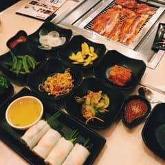 Điều bất ngờ nhất là tôi phát hiện ra rằng mình đang được thưởng thức những món ăn mà tôi đã dùng ở Hàn Quốc. Tôi thấy khá thú vị với thực đơn có hơn 200 món panchan và kim chi miễn phí cho thực khách .KingBBQ sử dụng bàn nướng than chứ không phải là bàn nướng điện. Loại than được sử dụng để nướng là loại không khói và không bụi, được nhà hàng nhập khẩu về để tạo một phong cách ẩm thực thú vị mới mà không sợ ảnh hưởng đến sức khỏe.Thịt nướng trên than hồng là phong cách ẩm thực không hề xa lạ với những người dân Việt Nam. Văn hóa ẩm thực nước ta ghi dấu ấn của những bếp than củi với một vài củ khoai, củ sắn lùi sâu trong lớp than, hay những xiên thịt nướng cho những bát bún chả tuyệt ngon. KingBBQ đã tạo ra được cách thức thưởng thức ẩm thực vừa rất hiện đại nhưng cũng gợi lên nhiều điều hoài cổ ấm áp. Người Việt Nam đến thưởng thức các món ăn của nhà hàng sẽ không thấy xa lạ bởi những bếp điện hiện đại và những món ăn nước ngoài, còn người Hàn Quốc sẽ được thưởng thức món ăn dân tộc qua một cách thức rất Việt Nam. KingBBQ là một lựa chọn thú vị cho những ngày cuối tuần của tôi và gia đình.👍