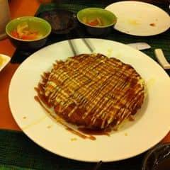 Ai đã từng ăn Tokyo Deli rồi chắc không lạ gì món này nhỉ, theo mình ở phân khúc tầm trung thì Okonomiyaki ở Tokyo Deli là ngon nhất và giá chỉ có 60k 1 người ăn là chỉ có lăn :)). Món này dạo này làm hơi mặn hơn hồi trước. Quán này ngay mặt tiền đường ĐBP mà đường 1 chiều nên mấy bạn đi nhớ cẩn thận kẻo hố. VAT 10% free trà nóng/đá.