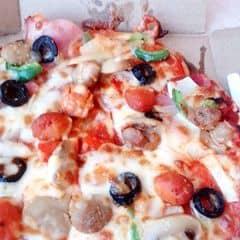 """Điểm cộng: Pizza khá ngon, hợp túi tiền. Món gà tẩm bột ăn ngon nhưng quá ít. Điểm trừ: Từ nhân viên đến bảo vệ đều vô trách nhiệm. """"Cả đám"""" đứng tán dóc mình đứng đó mà không ai đoái hoài tới. Đợi mình kêu đến lần t3 mới lết lại. Mặt hầm hầm như ai ăn hết của. Không 1 câu chúc ngon miệng hay cảm ơn gì. Ăn xong ra lấy xe đứng chờ bảo vệ tán dóc cả buổi mới chịu chạy lại. Có lẽ không đến đây nữa. Cách phục vụ quá tệ."""