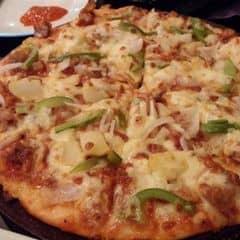 Pizza rất to, ngon mà đẹp mắt nữa ăn không có cảm giác bị ngán. Không gian tại đây sạch sẽ. Điểm không hài lòng một chút là cách phục vụ hơi chậm, còn mọi thứ khác thì rất ổn, giá cả tại đây mình thấy cũng tương đối không quá cao. 2 đứa ăn hết 200k.