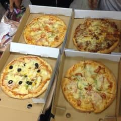 Nhiều loại bánh khác nhau nhaaa tha hồ chọn mùi và vị mình thích :3 ăn liên hoan nên nhiều v th chứ một mình k ăn hết đâu :)) một banh cỡ nhỏ ăn từ 1-2 ng vừa 3-4 big size thì 4-5 người nha :3