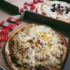 Beefy Pizza + Meat Lovers Pizza khá ngon , sốt đậm đà , đang có chương trình mua 1 tặng 1 cho tất cả các size  với giá 220k . Thích hợp với những người lười ra ngoài vào buổi trưa , tối 👍🏻