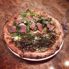 Nói thiệt là đó giờ chưa bao giờ ăn pizza nào mà ngon hơn đc pizza ở đây luôn. Đúng là đẳng cấp pizza lò củi có khác kkk. Mình thấy ăn half half là tiện nhất, đc ăn 1 lúc 2 loại. Nhân ở đây nhiều chỗ ko có đâu, đặc biệt lắm và rất ngon ^^. Vỏ bánh thì giòn rụm mà ko hề khô và ngán tí nào. 2 người ăn cái bánh với uống nước thì hết tầm 400k.