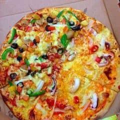 Đa dạng các loại pizza như : hải sản, xúc xích, combo,...  Vỏ bánh được nhào nặn thủ công và làm từ bột tươi  Phục vụ chu đáo, nhanh nhẹn. Giá mềm hơn so với mặt bằng chung. Hay có khuyến mãi nữa.