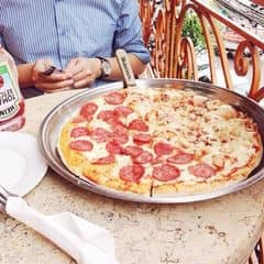 Cứ thèm pizza là đi Al Fresco, ở đây phát cho kh thẻ discount 40% cho pizza (  giảm giá giống như cái mặt sau vé xem phim của các cậu ấy ) . Ăn lần nào cũng rẻ, như hình là gọi 1 pizza cỡ đại ( 10 miếng ) , 1 nửa loại này 1 nửa loại nọ , đế dày, extra cheese là + 25k nữa. Tổng hoá đơn khoảng 220k cho 1 bánh size xxl, thêm pho mai,, nước như hình 😋. Địa chỉ bên nhà thờ lên ban công tầng 2 ngắm ng qa lại nhìn nhà thờ luôn, nc là view đẹp