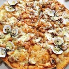 Tuyệt vời!! Bố của các loại pizza :)) Loại bánh được order nhiều nhất của Al fresco's Có thể chọn đế dày hoặc mỏng Nhân gồm: tôm ( giòn, thơm lắm í) mực, ngao, cá, phô mai, etc Sốt trên bánh ăn rất thích, vị lạ miệng, ăn mãi không chán. Điểm cộng to đùng: bánh giao tận nơi rất nhanh, phục vụ tử tế. Hay có khuyến mãi kiểu 99k, mua 1 tặng 1 mà bánh được tặng ăn vẫn chất lượng như thường,...  Chốt: Al Fresco's no1