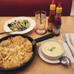 Combo (1 pizza 6 phần, 2 sprite, 1 salad) = 275k Mình order thêm 2 bát súp 50k nữa 😂😂😂 (khổ, thanh niên sống ảo giả vờ check in đi ăn 1 mình buồn chán) =))
