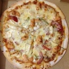 Dành cho những tối lười biếng ko muốn ra khỏi nhà :)) Pizza ở đây nhìn chung là ổn, khá nhiều cheese nên ăn cứ gọi là thích mê. Chỗ này chỉ có xưởng chuyên giao hàng thôi chứ không có cửa hàng thì phải, được cái dịch vụ tốt lắm, nhân viên trực điện thoại cả nhân viên giao hàng đều nhanh nhẹn. Ở đây cũng hay có khuyến mại nữa nhưng tối nay home alone nên là không gọi nhiều :3. Tóm lại là ưng ưng :x