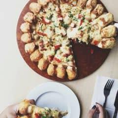 Pizza ở đây ngon dã man :(((( Đi ăn với bạn trong cty mà cứ ăn hết của bạn :v Mình ngồi lầu 3 nên hơi rộng. Lầu 1 thì đông hơn 😛