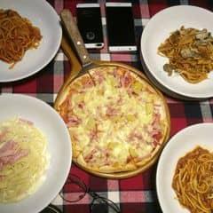 Bâyh pepperonis tăng giá spaghetti sòy huhu 😭 ngày trc là 85k / suất giờ tăng lên 100k rồi nên hôm đi ăn này gọi bốn đĩa mì + pizza #2 cỡ nhỏ đã hết từng này tiền 😔 kbiet có phải vì do tết bận quá hay sao ấy mà phục vụ siêu lâu có khi còn lâu hơn cowboy mất :)))) chất lượng thì vẫn như thế, ăn vẫn được hơn pizza hut, lâu ko ăn thì vẫn thấy ngon thôi hí