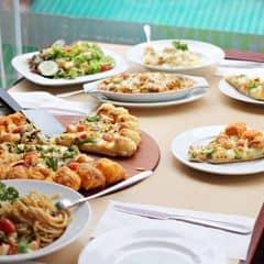 Nếu đi theo nhóm đông người thì các bạn nên đến Pizza Hut để vừa có chỗ ngồi thoải mái lại được phục vụ tận tình. Pizza Hut mới ra loại pizza mới là Pizza viền phô mai 3 vị giá 399k/cái size lớn, đủ cho 3-4 người ăn với với phần viền có phô mai ở giữa nên ăn rất thơm nhé. Ngoài ra các món mới như cơm hải sản bỏ lò, risotto hải sản và nấm, Daiquiri dâu, apple crumble cũng ngon và đáng thử. Trung bình 2 người ăn chỉ hết khoảng hơn 200k thôi mà no nê lắm nhé.