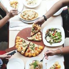 Team 6 người ăn xong no lắc lư luôn. Lâu rồi mới ăn lại Pizza Hut, cảm thấy khác ngày xưa khá nhiều theo chiều hướng tích cực luôn, nhất là pizza í. Mọi thứ đều ok hết, trừ đế bánh pizza, đế bánh hơi bị dày kể cả khi bọn mình đã gọi đế mỏng. Vì là bánh viền phô mai nên mình nghĩ đế bánh mỏng hơn xíu nữa thì sẽ bớt ngán bánh và bánh cũng sẽ thơm ngon hơn. Bánh này topping gồm thanh cua, nấm, cà chua bi, nấm và phô mai. Tuy bánh có khá nhiều phô mai (phô mai topping và phô mai viền bánh, riêng phô mai viền bánh là gồm 3 vị phô mai nha, parmesan, cheddar và vị gì í, mình quên rồi) nhưng khi ăn bánh vẫn không bị ngấy quá. Ở cái viền phô mai í, khi bánh mới đem ra mà còn nóng giòn í, xé từng miếng viền ra là sẽ thấy phô mai chảy ra, hấp dẫn muốn xỉu luôn í huhu :((((( Và đây là bánh size L nha, nhiều lắm hem đùa đâu huhu :(((( Mấy món khác như mì ý hải sản, salad, bánh cua chiên xù, cơm hải sản đút lò,... khá là ngon luôn nha, vừa miệng mà cũng vừa giá tiền nữa, nhất là món bánh cua chiên xù làm món khai vị siêu ngon siêu hợp luôn. Mỗi bạn risotto seafood thì hơi nhạt một tẹo :(