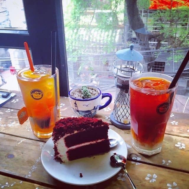 Red velvet + trà sữa thái đỏ + trà đào của Nguyen VanAnh tại Tiệm bánh nhọ nồi - Bà Triệu - 77188