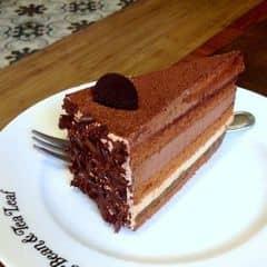 Bánh xốp, mềm, thơm đậm mùi chocolate, khi ăn vị đắng của chocolate pha tí vị ngot và béo của kem ăn rất đã, cảm giác tê tái luôn ấy. Bên trên còn được rắc thêm lớp bột ca cao khá thơm, bên ngoài phủ chocolate bào. lớp kem béo và có vị hơi ngọt. Tuy nhiên  miếng bánh hơi nhỏ, ăn chưa đã lắm