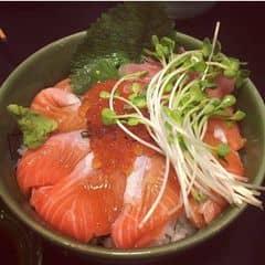 Có thể nói món này là món mình thích nhất ở The Sushi Bar, cá hồi cực fresh cứ như vớt ở biển lên là cho mình ăn liền vậy cơm thì dẻo và thơm, và dịu mùi dấm, nói chung là rất ngon. Phục vụ khá nhiệt tình, quán sang trọng giá hơi cao tí nhưng đáng tiền. VAT 10%.