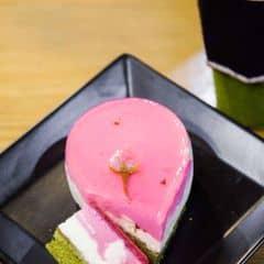 Bánh nhìn đẹp, iu không chịu nổi được luôn í <3 lớp trên mềm lại thơm mùi hoa sakura tan nhẹ trong miệng, đế bánh thơm nhẹ mùi matcha, vị không quá ngọt nên một đứa ghét ăn ngọt như mình cũng có thể xực hết cả cái bánh này luôn.