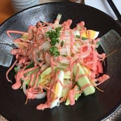 Nhà hàng sang chảnh :3 theo mình thì view đẹp to rộng sạch sẽ miễn chê ăn lần thứ n ở đây mãi k chán đã ăn đủ các loại salad ở đây nhưng vẫn ưng nhất salad cá hồi 👆🏻👆🏻👆🏻 cá giả thì cũng đắt chút sang chảnh mà :3 nhân viên thái độ phục vụ tốt nhẹ nhàng lễ phép cả vs ng bé tuổi hơn như mình 😂😂 luôn hỏi comment của khách khi ra về rồi mở cửa tiếp đón blabla nói chung là vào đây như vào nhà hàng Nhật chính hiệu vậy đó 👏🏻👏🏻👏🏻