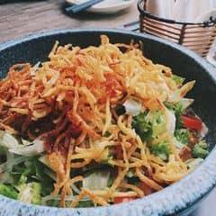 Đi ăn Sumo thích món này hơn cả thịt, đi chung với bạn bè lần nào mình cũng gọi thêm mấy suất cho đã =)) Khoai tây bào sợi nhỏ, chiên giòn rụm như bimbim, trộn với cà chua xà lách, khoai nghiền và sốt.  Chs cùng hệ thống Golden Gate mà Sumo ngon hơn hẳn Gogi về mọi mặt :w