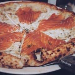 Salmon Pizza . Một trong những món Pizza mang đậm phong cách Nhật của 4P's . Đầu tiên các bạn sẽ được phục vụ mang ra một bánh pizza chỉ có cheese , và một đĩa cá hồi sống ướp lạnh . Sau đó các bạn sẽ tự gắp cá hồi lên từng miếng pizza khi ăn để đảm bảo được độ tươi ngon của cá . Đây là món nhất định phải thử khi đến đây . Không gian quán sang trọng và tinh tế , phục vụ thân thiện và chu đáo . Chất lượng đồ tráng miệng rất rất ngon . Quán đông nên phải đặt chỗ trước .