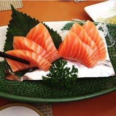Sashimi cá hồi ở Tokyo Deli khá rẻ mà rất béo bạn nào ăn béo không quen ăn sẽ bị dợn. Phục vụ thì có người này người kia nhưng tổng chung thì k nhiệt tình lắm, làm vừa đủ nhiệm vụ, nhiều lúc muốn gọi phục vụ nhưng đợi mãi chả thấy đâu, ra bill tính tiền cũng khá lâu có thể tại đông. Thích mỗi việc không gian mỗi bàn được ngăn cách nên không ảnh hưởng nhiều giữa các bàn khách với nhau. Bánh xèo ngon, gọi khá nhiều nên ăn cuối hơi ngán.