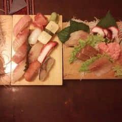 Sashimi tươi quá là tươi, khai vị thế này là quá ổn :*. Sashimi da đạng, cắt miếng dày, ăn là tan trong miệng hihi. Rất đáng để thử nhé.