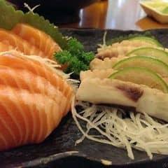 Tokyo deli là địa chỉ quen thuộc của mình mỗi khi thèm đồ nhật. Tính ra mình thấy ngon và giá ko cao, xứng đáng hơn nhg quán sushi lề đường nhiều. Sashimi ở đay một miếng khá dày, cá tươi, ngọt thịt. Bạch tuộc dai, cắn sực sực rất đã. Mì udon xào siêu ngon. Salad tươi, cá ngừ cho nhiều. Các loại maki thì đa dạng, cũng ngon tuốt ;))). Phục vụ chuyên nghiệp lắm. Quán sang trọng nữa.
