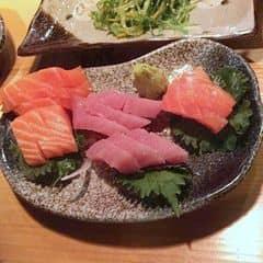 Cá hồi, cá ngừ tươi, thịt ngọt, mềm. Miếng cá cắt dày ăn rất đã, cho vô miệng cắn ngập cả răng. Mỗi tội cuối tuần nhà hàng hay bị đông, nên tốt nhất là đặt chỗ trước.