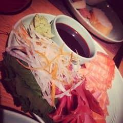 Sashimi tươi rói, miếng thịt cắt dày. Ăn vào như tan trong miệng. Mù tạt cay nồng lên tận mũi luôn. Chấm miếng cá vs nước tương Nhật và chút mù tạt là còn gì bằng. Thêm chút salad cho sạch miệng rồi thưởng thức tiếp. Không gian ở đây vô cùng sang trọng. Nhân viên pv chuyên nghiệp ko còn gì để chê lun. Giá cả cao.
