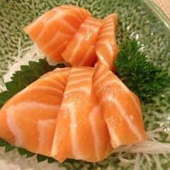 Mỗi lần thèm sashimi cá hồi mình nghĩ đến Tokyo Deli ngay và luôn! Miếng sashimi ở đây được cắt rất dày, cắn 1 phát ngập răng, chứ không mỏng te như những quán sushi khác :(. Nhìn kĩ miếng sashimi phần thịt cá và mỡ đều tăm tắp íh. Cắn đến đâu, béooo đến đó, tươi ngọt béo đầy đủ sắc vị luôn ^^ Mình hay đi chi nhánh bên Võ Văn Tần, có bàn ghế cao hoặc bàn ngồi bệt luôn. Không gian rộng rãi, vừa ăn vừa ngồi tám chuyện lâu được ^^. Nhân viên phục vụ cũng dễ thương, đồ ăn lên nhanh * Mức giá trung bình: 250.000/2 người #logroupsg #sashimi #tokyodeli