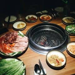 Không nhớ giá tiền nhưng ăn khá no và ngon. Ướp , chấm đậm đà , cuốn cải và kimchi ngon tuyệt vời. Thịt chất lượng, nhìn ít nhưng ăn no k tưởng. 3 ng ăn set dành cho 2-4, nước + thuế chia ra 160k/ng. Khá ổn cho một bữa tối