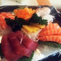 Set gồm cá hồi, cá ngừ, mực, bạch tuộc và trứng cá. Cá  hồi tươi, mềm và béo ngậy, thịt cá còn rõ từng sớ, cho vào miệng tan ngay. Cá ngừ thịt tươi, có chút vị hăng của máu, nhờ vậy độ tươi và ngọt của thịt cá được đẩy lên hết cỡ. Bach tuộc và mực thì giòn dai sựt sựt. Trứng cá nhiều, ăn giòn giòn nổ tách tách vui miệng. Nhà hang sang trọng nhân viên dễ thương, làm việc rất nhanh.