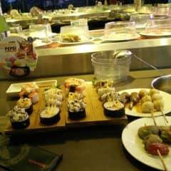 #happykichi Chả thua kém gì sumo nhé. mà rẻ hơn nhiều nữa =))) Cháu mình vô là me ngay mấy cái sushi này nè. ta nói nó ngon ko kém gì nhà hàng Nhật íh. Xiên nướng ngon, sốt đậm đà. Ăn ngay đợt khuyến mãi nên lại càng rẻ.