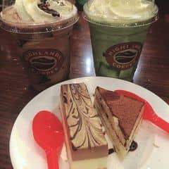 Socola Freeze + Freeze trà xanh + Bánh ngọt của Ớtt Phượng tại Highlands Coffee - IPH Indochina - 352914