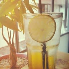 Thức uống tạm ổn không gian ok. Giá phù hợp với học sinh sinh viên. Nằm ngay trung tâm quận Phú Nhuận. Nhân viên dễ thương.