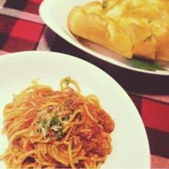 Spaghetti bolognese của Pepperonis vẫn ngon nhất í. Nhiều thịt mà mì chín vừa. Chấm chấm thêm galic bread vào ăn phê phê thích ơi là thích :**