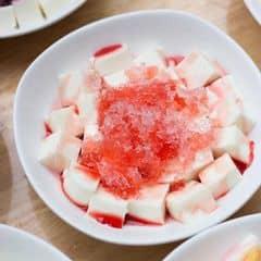 Vị này khác mứt dâu tây ở chỗ là không có trái dâu, và không bị ngọt gắt, dễ ăn và thơm hơn, sữa chua được cắt khúc vừa ăn, dai dai mềm mềm cho vào miệng tan ngay