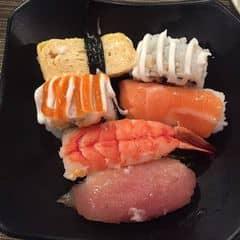 #happykichi - Không biết dĩa thứ mấy rồi đó 😂😂😂 Sushi maki đủ hết luôn, ăn hoài ăn nữa ăn mãi. Ai dắt tui đi ăn kichi là tui iu luônnnnnn. NGON lắm luôn đó. Kichi là số 1!