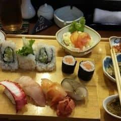 Ngoài tokyo deli thì theo mình sushi bar cũng là 1 trong những nhà hàng Nhật ăn ngon mà giá lại ổn. Sushi ở đây đa dạng, loại nào cũng tươi. Maki thì cuốn chặt tay. Mù tạt cay nồng lắm, ai ko biết ăn cẩn thận nhé. 2 người tốn hết 500k, cũng khá ok cho 1 bữa ăn thịnh soạn ^^.
