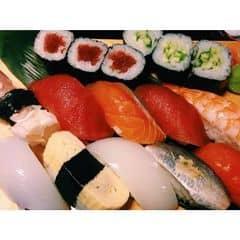 Thiên hạ dường như chỉ chờ chực #sushibar mở cửa là lao đến ăn thôi í. Đông kinh khủnggg. May đã đặt chỗ trước k thì chờ mệt ngỉ :( #food #japanfood #japan #sushi #yummy #delicious #saigon #hochiminhcity #vietnam #asia #happylunarnewyear #happynewyear