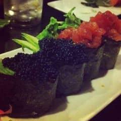Một chuỗi nhà hàng phân khúc cao hơn tokyo deli. Dĩ nhiên chất luộng món ăn cũng cao hơn luôn. Không gian quán đậm chất nhật bản hơn rất nhiều. Mình đặt bàn trc và ngồi tại quầy để xem g ta chế biến luôn. Nhìn thích lắm. Sushi decor đẹp mắt. Trứng cá tươi, cắn vào bụp bụp dui lắm. Cá ngừ đc ướp nhẹ trước, thơm và vị cá vẫn rất rõ. Sashimi đa dạng và tươi. Cơm thịt heo ngon. Nv phục vụ chuyên nghiệp. Gửi xe free.