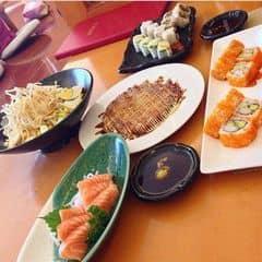 Địa điểm dễ tìm, nhìn vào là đập vào mắt liền bảng tokyo deli. Nhân viên nhiệt tình, vui vẻ. Đồ ăn khá ngon, sashimi cá hồi tươi và ngon. Udon xào hải sản và udon nước rất ngon, nếu thèm mì udon thì nên ăn chỗ này ngon cực. Bánh xèo chỉ nên gọi khi nhiều người ăn vì 1 mình ăn bánh xèo là khỏi ăn mấy món ngon kia luôn :v. VAT10%, free trà nóng/lạnh.