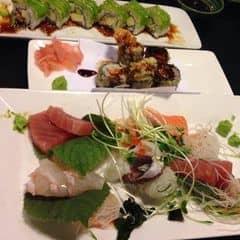 Sashimi rất tươi và ngon. Một phần đa dạng các loại khac nhau. Thích nhất vẫn là cá ngừ và cá hồi. Maki chiên giòn rụm, bên trong nóng hổi và vẫn còn ướt. Nước sauce bên ngoài mặn mặn ngọt ngọt rất ngon. Cuộn cali bơ rất hấp dẫn. Một phần rất nhiều. Giá okei, ko quá cao. Nhân viên pv nhiệt tình.