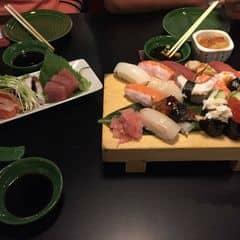 Ăn nhiều chỗ bán món nhật nhưng mình thấy sushi bar là ngon nhất.  Dù giá cả không bình dân nhưng ăn đáng đồng tiền bát gạo.  Không gian sang trọng, ấm cúng. Thích hợp cho hợp mặt hay tiếp khách cũng đều được.  Nhân viên rất thân thiện.  Món ăn tươi, chế biến công phu, sốt ngon. Mình thích chỗ này có mấy món khai vị free nhưng khá ngon nhất là salad cá.   Rất đáng trải nghiệm nếu giá cả mềm hơn tí xíu