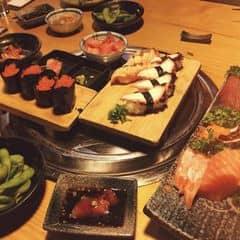 Sushi ở đây tươi ngon không tưởng. Thích nhất sushi cá hồi ở đây, ăn trứng nhai nổ lốp đốp mà sướng. 2 người chắc phải ăn hết nửa ký sashimi mất. Còn món sushi cuộn (kiểu ốc quế) nhìn cũng đã mà ăn cũng ngon Nếu mà ko no có khi còn ăn thêm lẩu nữa. Nhưng thôi. Để lần sau., vì chắc chắn sẽ quay lại. À, quán đông ngay cả tối thứ 2 nhe. Nên ai muốn đi ăn thì nên đặt bàn, ko là miss lại tiếc. Mình đi tầm 7h thứ 2 mà gần full, phải ngồi cạnh quầy. Giá là khoảng 800K 2 người (trừ 10% thẻ Gpeople). Điểm trừ là ban đầu gọi món xong bị trôi mất order của mình, ra dc 1 2 món rồi tịt. Sau quản lý ra xin lỗi rồi order lại. Cái nữa là món kem trộn hoa quả quá bé, nhìn ko muốn ăn luôn.