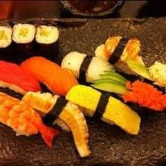 phần sushi này giành cho 2-3 người, mình quên mất giá là bao nhiêu rồi ^^ nhưng mà không cao lắm so với chất lượng đúng NHẬT của nó đâu nha. có cá, tôm, bạch tuột, trứng cá hồi... Ai thích ăn sushi tươi sống thì phần này ok lắm đấy :))