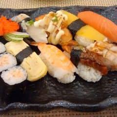 Rẻ nhất trong các set sushi mà mình thấy ở đây, tuy nhiên là đồng nghĩa với việc các loại sushi cũng không phải cao cấp mà bình dân hơn một tẹo :P Cơm cuộn ko chắc tay cho lắm khi dùng đũa gắp cứ thỉnh thoảng có miếng vẫn bị rớt cơm ra, được cái mọi thứ làm kèm theo đó đều khá tươi. Quán cực đông nên tốt nhất hãy gọi đặt bàn trước, tuy nhiên mình ko thích chỗ này vì nhân viên cứ nhận khách vào rồi cho ngồi đợi thật lâu mà ko nói trước với khách phải đợi lâu như vậy.
