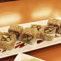 cơm sushi ở đây nấu bằng hạt gạo Nhật, to tròn và nở tơi xốp. cơm cuộn cũng vừa đủ, kh6ong bị nhiều cơm. Bơ tươi và béo ngậy ăn với thịt lươn ngọt ngọt, nướng với sốt rất đậm đà và thấp đều gia vị, từng cuốn cơm khi cho vào miệng nhau dẻo dẻo, vị mặn mặn vừa ăn. Chỗ này thấy có nhiều khách nước ngoài đến ăn